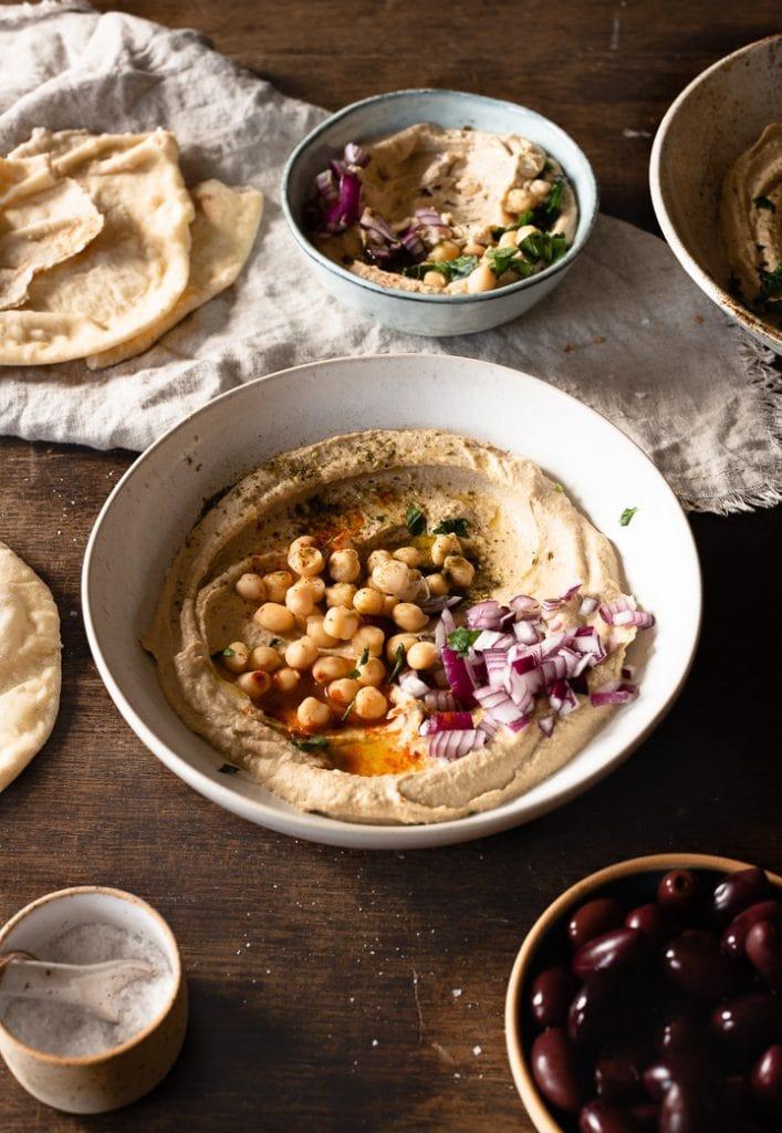 Cremiger Hummus mit Kichererbsen, Zatar, Zwiebeln und Olivenöl