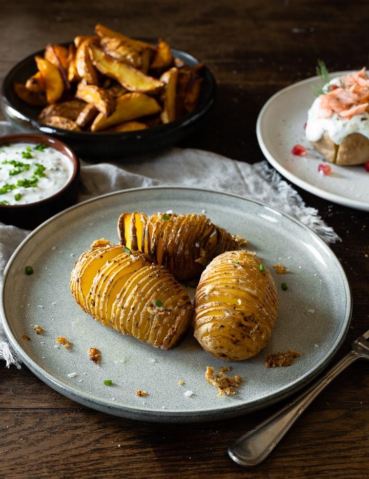 Ofernkartoffeln als Fächerkartoffeln mit Knoblauch, Salz und Pfeffer gewürzt.