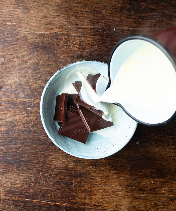 Die Schokolade für die Churros wird in einer Schüssel vorbereitet.