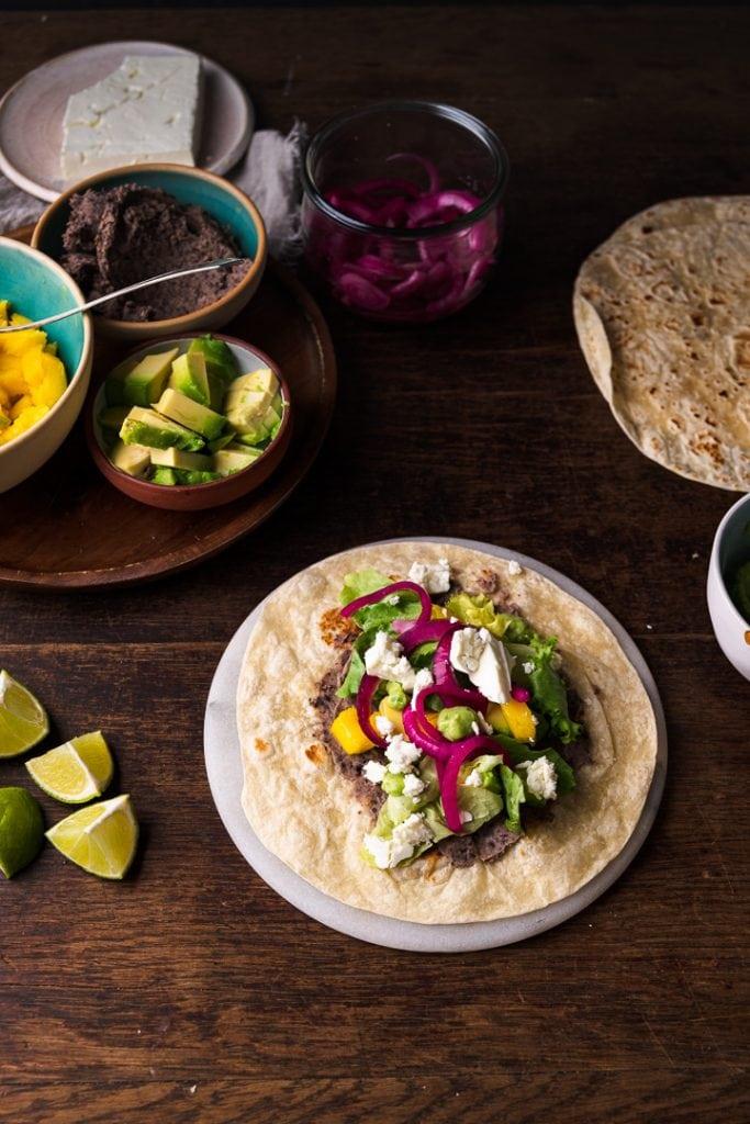 Ein Tisch mit einem Taco der belegt wird.