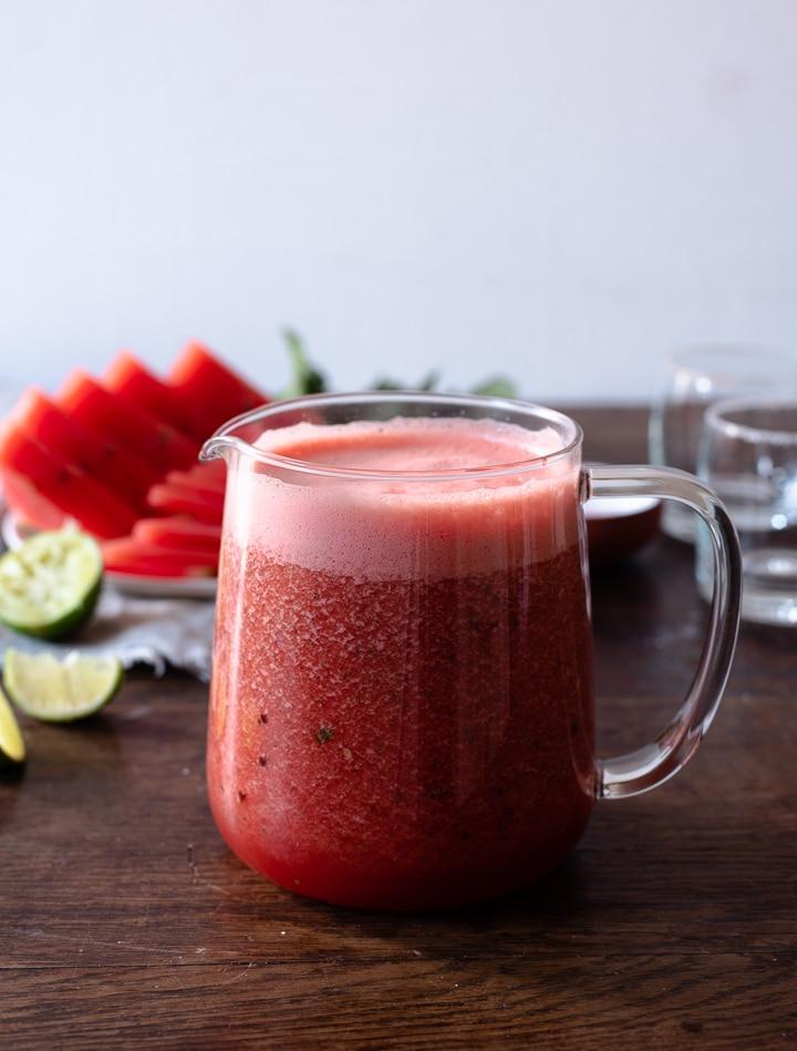 In einer Karaffe im Kühlschrank aufbewahrt lässt sich der Wassermelonen Cocktail hervorragend vorbereiten und aufbewahren.
