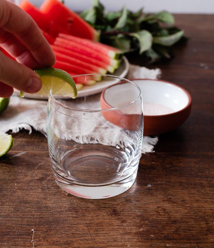 Für den Salzrand wird der Rand der Glases zunächst mit Limettensaft benetzt.