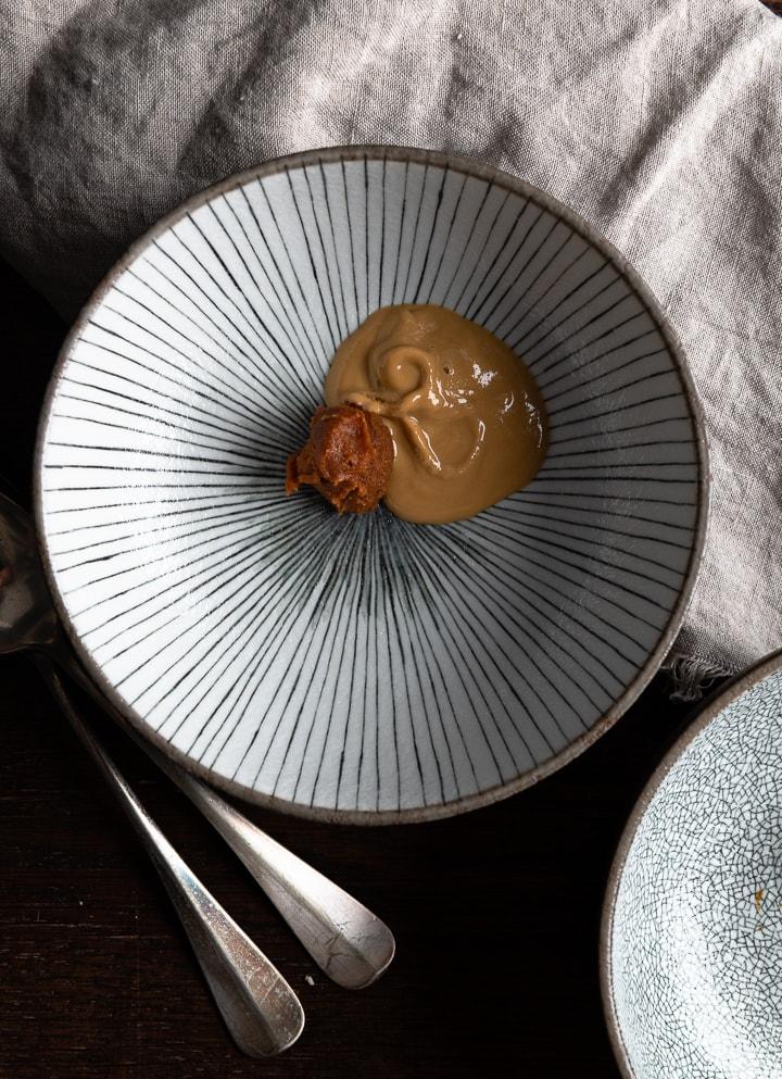 Die Zutaten zum Ramen Rezept in einem Teller.