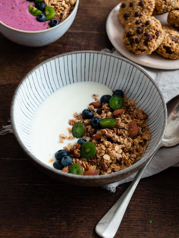 Selbstgemachtes Granola mit Yoghurt und einem Löffel