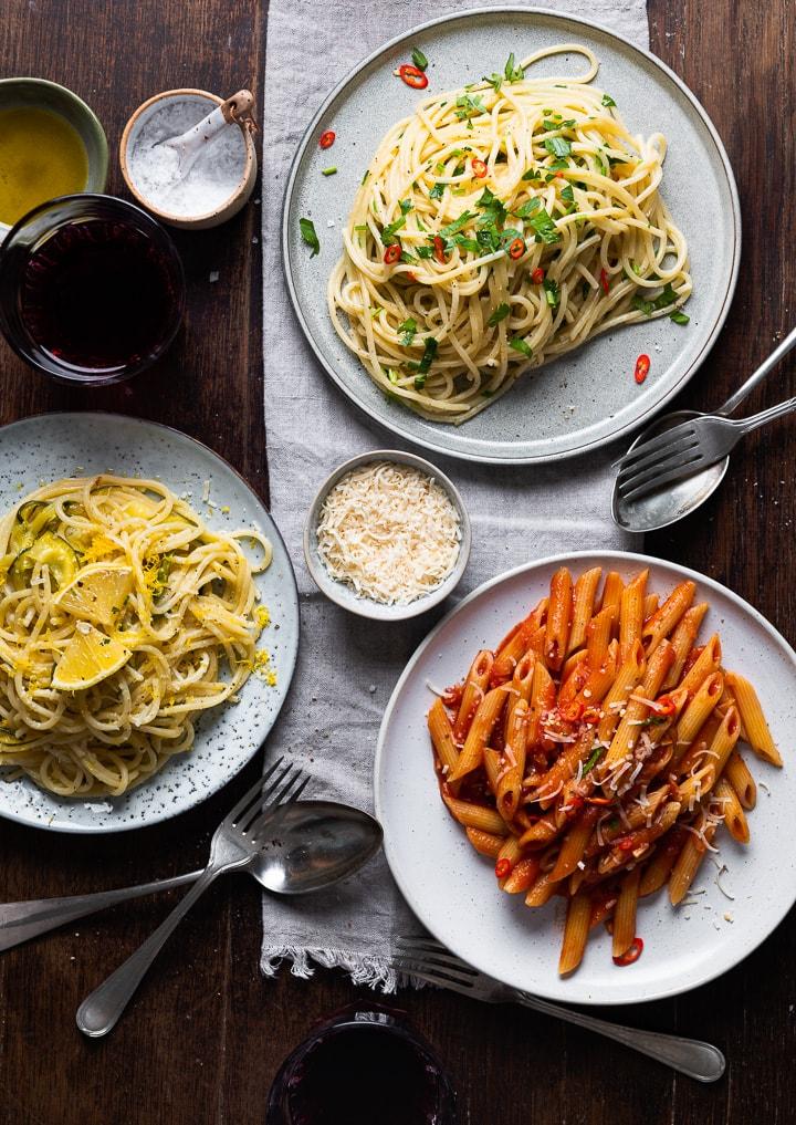 3 Pasta Rezepte aus 10 Zutaten auf einem Tisch