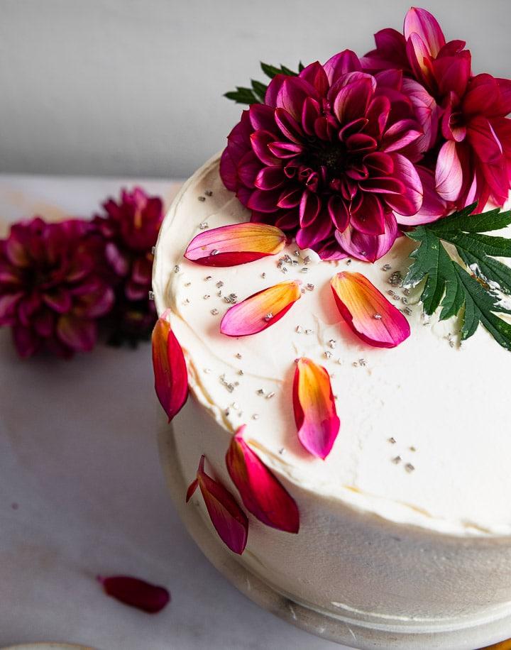 Die Blumen und Blüten der Geburtstagstorte in der Nahaufnahme